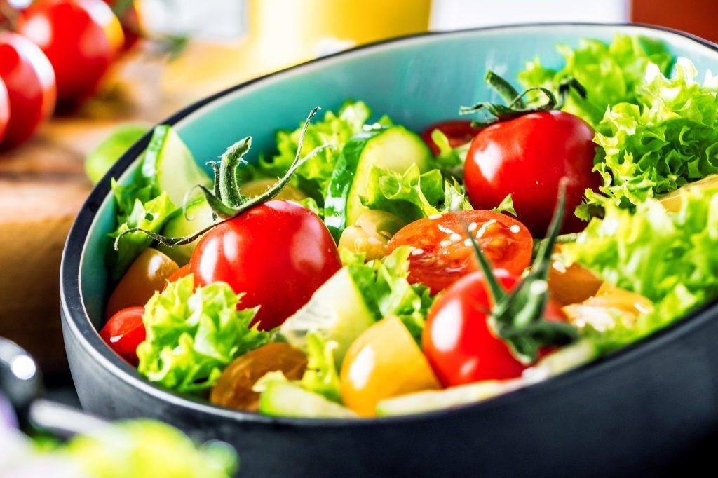 Vermehrter Verzehr von ballaststoffreicher Nahrung senkt das Darmkrebsrisiko. (Foto: AdobeStock_191749232)