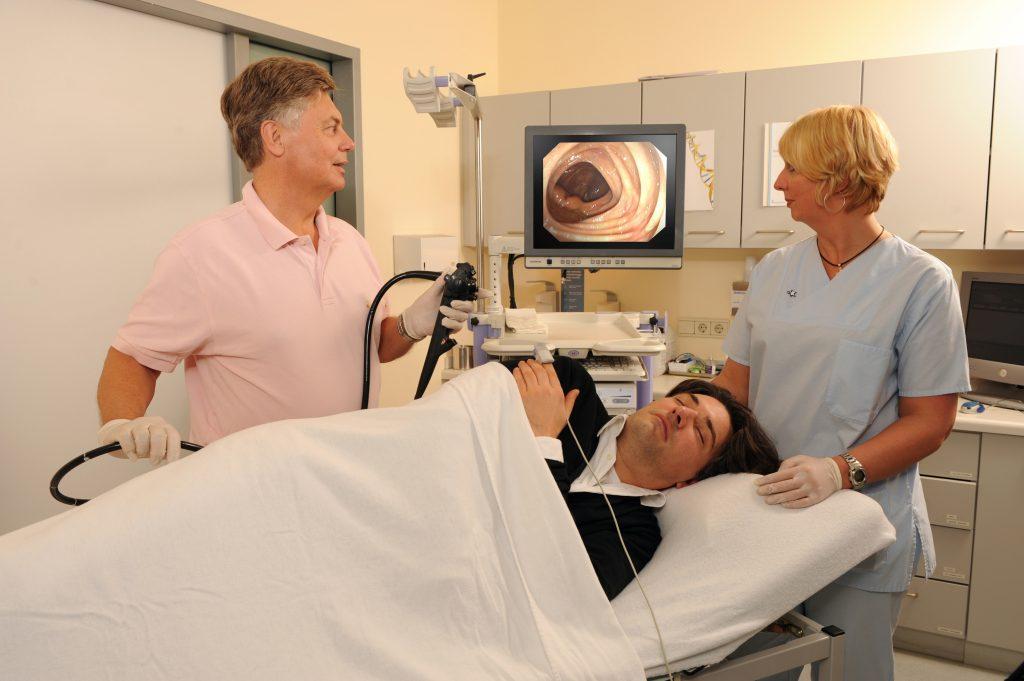 Die Darmspiegelung (Koloskopie) durch den Spezialisten ist das beste und sicherste Vorsorgeinstrument. Sie ist risikoarm und lässt sich im Allgemeinen schmerzfrei durchführen. (Foto: Felix Burda Stiftung)