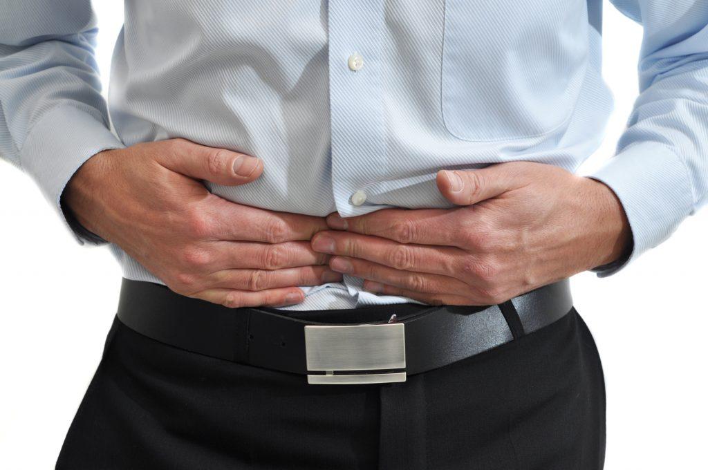 Wer eine tastbare Verhärtung im Bauchraum durch die Bauchdecke erfühlt, sollte die Beschwerden anhand einer Darmspiegelung (Koloskopie) abklären lassen. (Foto: Fotolia / Doris Heinrichs)